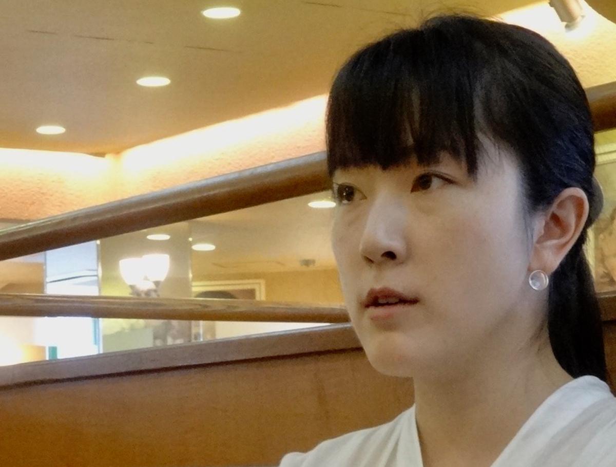 写真・図版 : 自作を語る小田原のどか=2019年10月14日、木村静撮影
