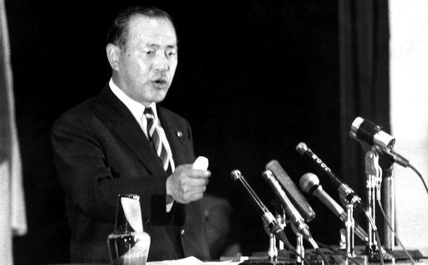 写真・図版 : 自民党の時局演説会で講演する田中角栄幹事長=1969年10月16日、東京都新宿区の日本青年会館