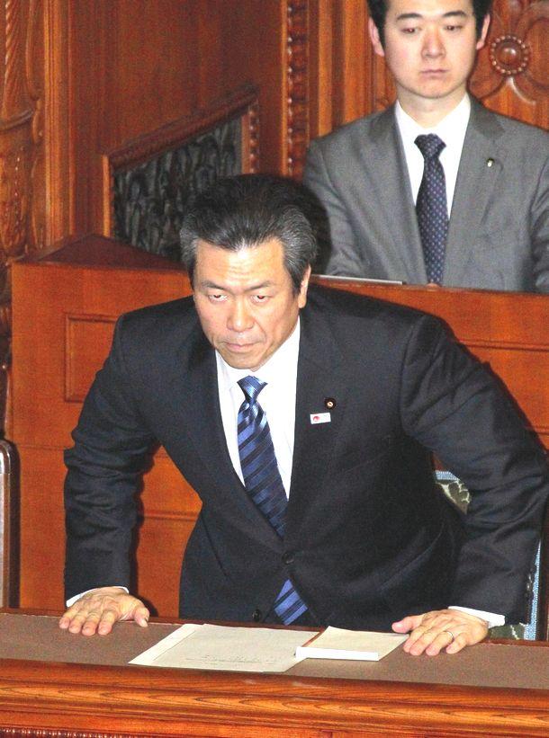 写真・図版 : 参院本会議で問責決議が可決され、起立して一礼する馬淵澄夫国土交通相=2010年11月27日