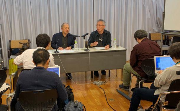 写真・図版 : 若松プロダクションが映画祭への出品取りやめを発表。『止められるか、俺たちを』の白石和彌監督(左)と脚本の井上淳一が都内で記者会見を開き、抗議の意思を示した=10月29日、筆者撮影