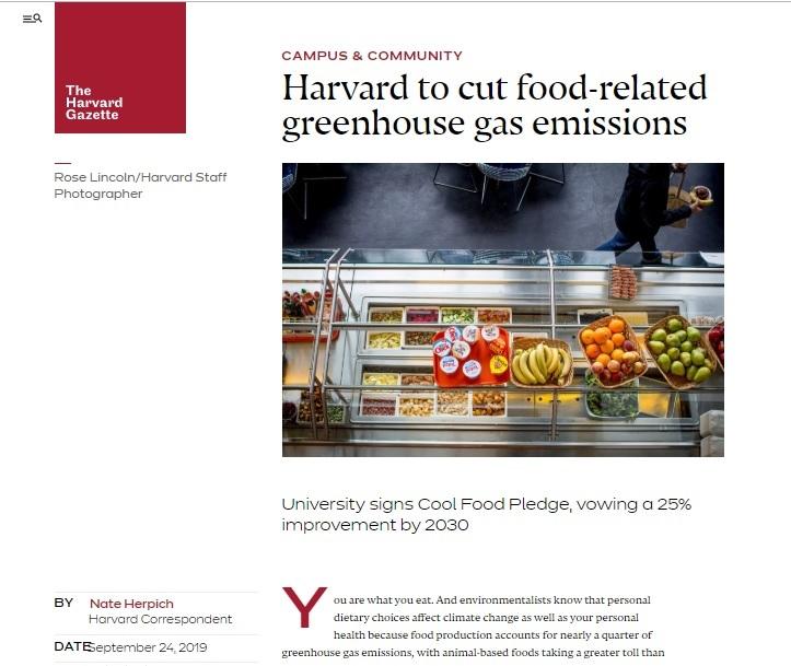 写真・図版 : 「2030年までに温暖化ガス排出を25%削減」という誓約への署名を伝えるハーバード大学のニュースサイト