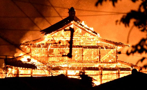 写真・図版 : 炎を上げて激しく燃える首里城の正殿=2019年10月31日午前4時24分、那覇市