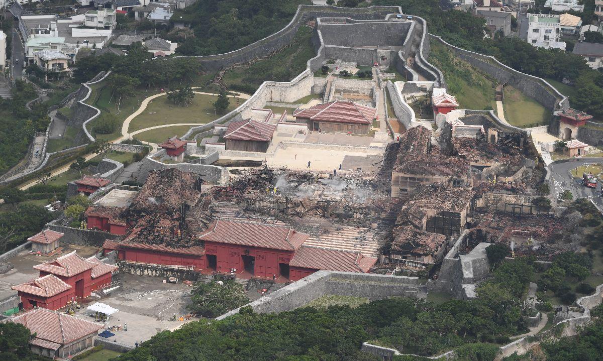 写真・図版 : 火災で正殿、北殿、南殿が全焼した首里城=2019年10月31日午後2時35分、那覇市、朝日新聞社機から