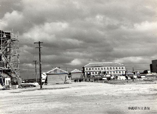 写真・図版 : 1956年の琉球大学風景(沖縄県公文書館所蔵)