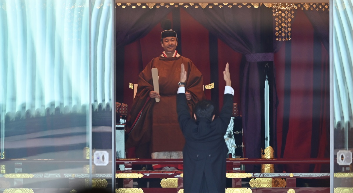 「即位礼正殿の儀」で、「高御座」に立つ天皇陛下に向かって、即位を祝う万歳をする安倍晋三首相=2019年10月22日午後1時24分、皇居・宮殿の正殿・松の間20191022