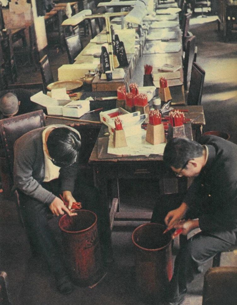 写真・図版 : 1958年ころの編集局。「子供さん」が赤鉛筆を素晴らしい速さで削っていた=週刊朝日奉仕版朝日新聞からみた明治大正昭和から