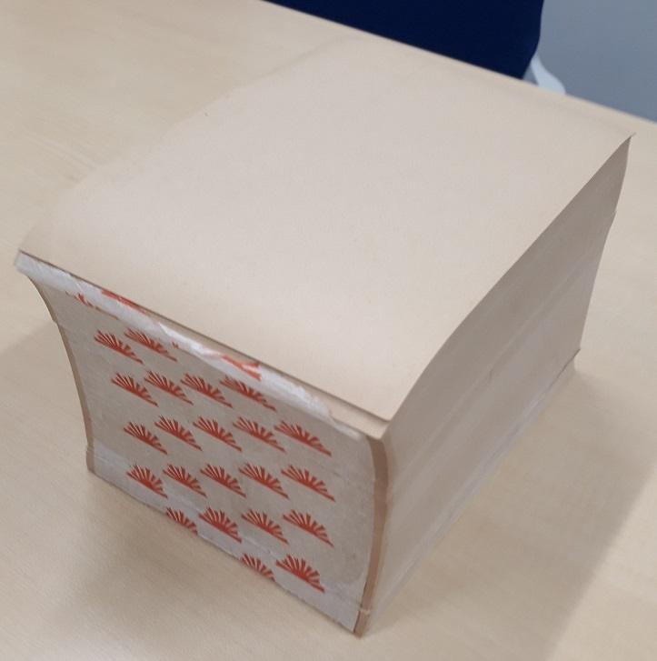 写真・図版 : 「ザラ原」の束。閉じるために貼り付けた薄紙には朝日新聞の社章が印刷されていた