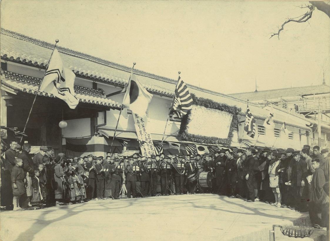 写真・図版 : 1904年(明治37)2月8日、日露戦争開戦に対して気勢をあげる市民たち=大阪朝日新聞前