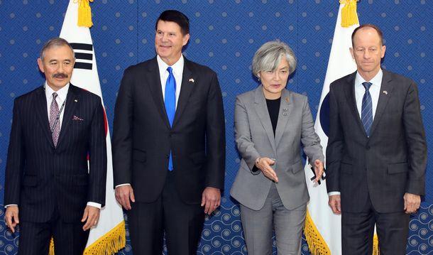 写真・図版 : 韓国を訪問したスティルウェル米国務次官補(右)と康京和外相(右から2人目)=2019年11月6日、ソウル、東亜日報提供