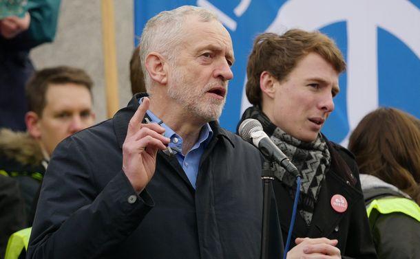 写真・図版 : 労働党・コービン党首=2016年2月27日、ロンドン・トラファルガー広場