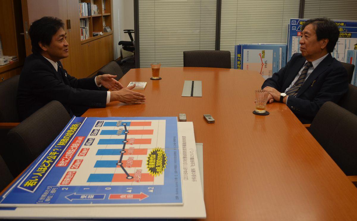 写真・図版 : 対談する玉木雄一郎さん(左)と星浩さん(右)