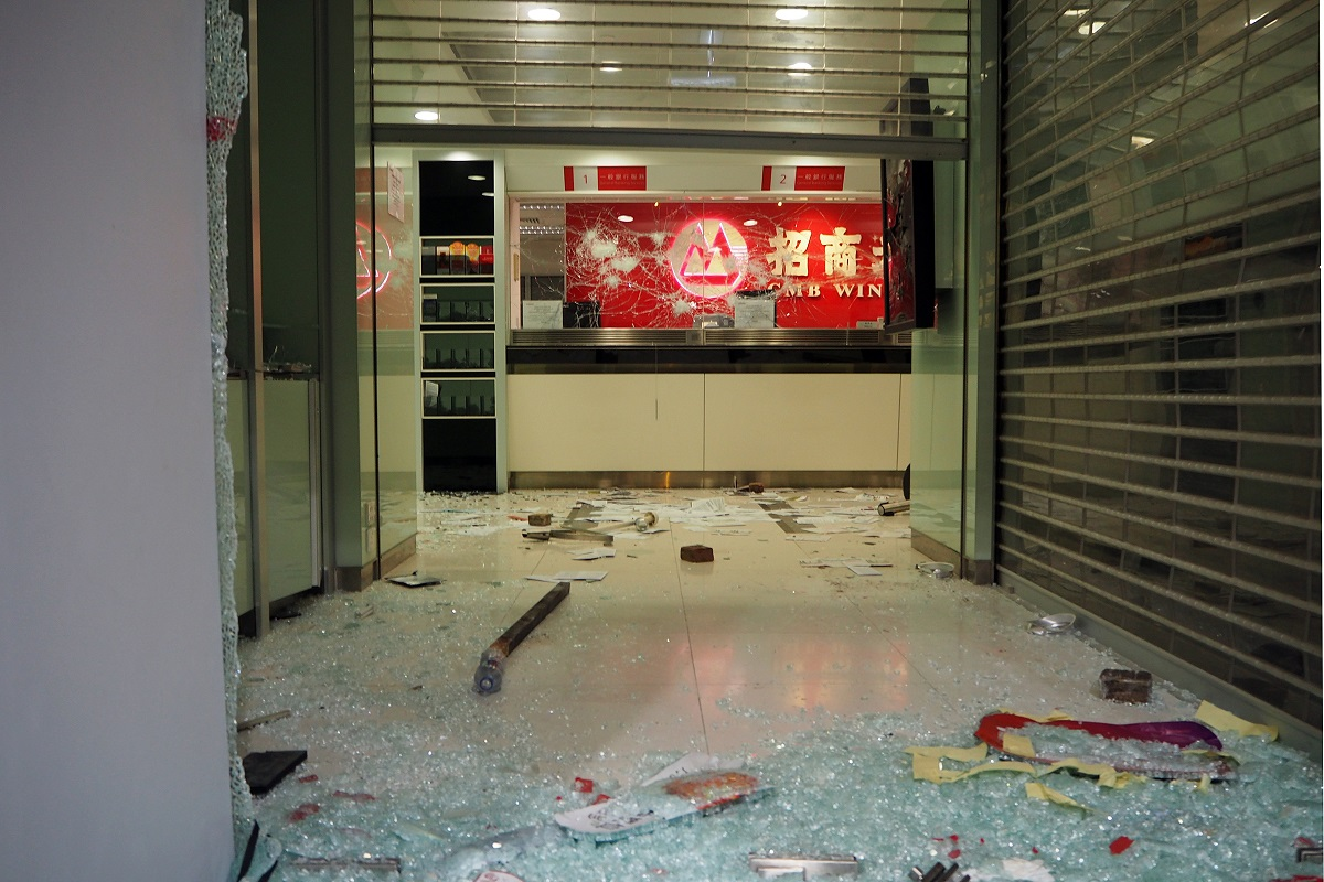 写真・図版 : 破壊された中国系銀行