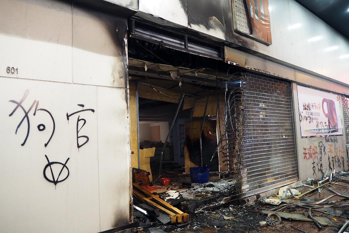 写真・図版 : 襲撃された中国系の店舗。「狗官」という落書きは「体制のイヌ」というほどの意味