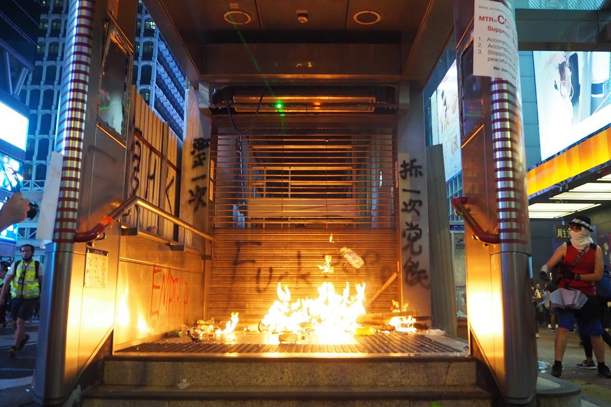 写真・図版 : 襲撃され炎上する地下鉄入り口