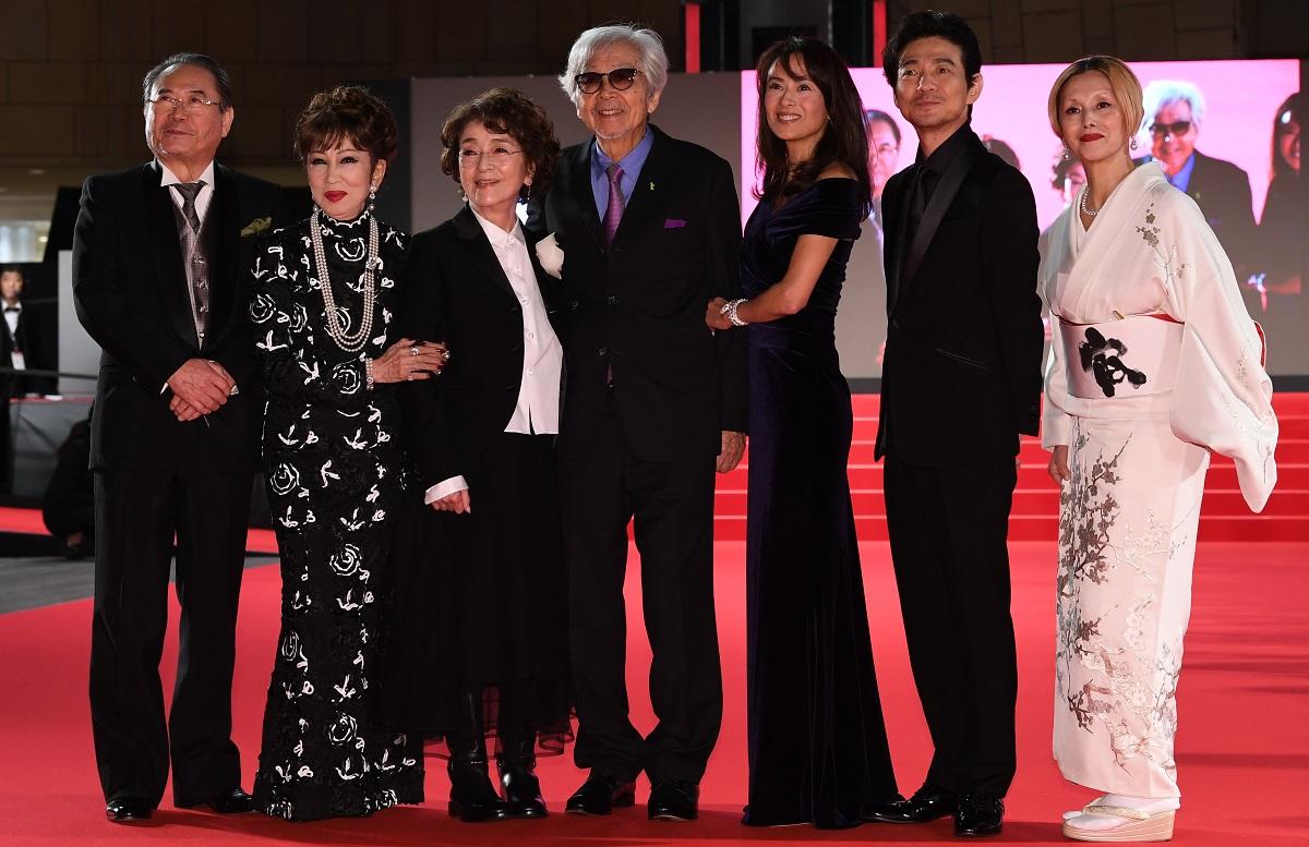 写真・図版 : 東京国際映画祭のレッドカーペットに並ぶ『男はつらいよ お帰り 寅さん』の出演者たち。山田洋次監督(中央)は映画祭に「フィロソフィー」を求めた
