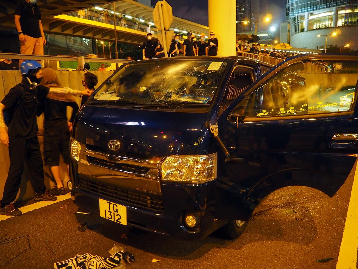 写真・図版 : 破壊された自動車