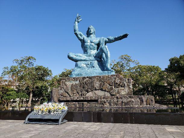 写真・図版 : 平和祈念像=2019年11月8日、長崎県松山町(筆者撮影)