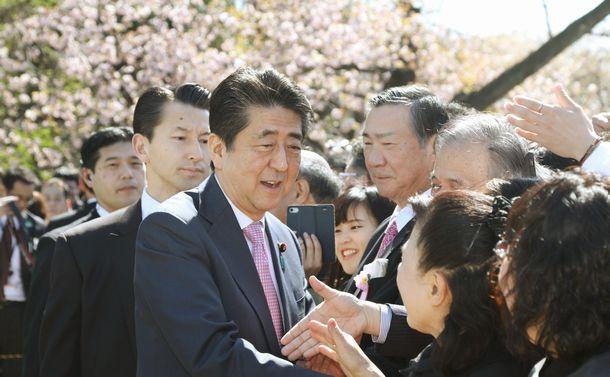 「桜を見る会」中止にみる安倍政権長期化のわけ