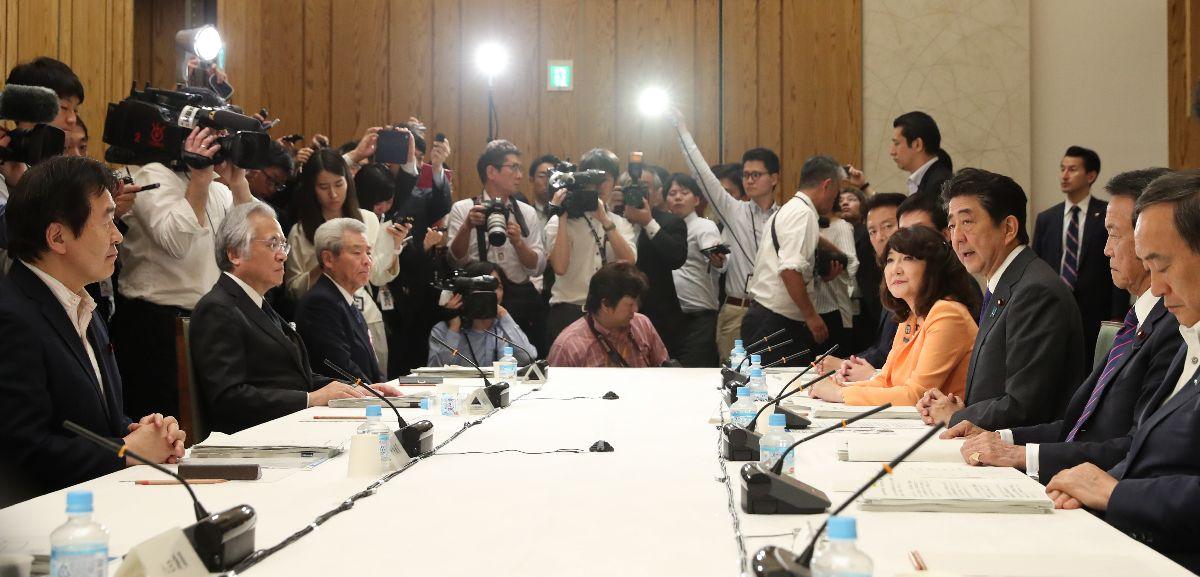 写真・図版 : 国家戦略特区諮問会議であいさつする安倍晋三首相(右手前から3人目)=2019年6月11日、首相官邸