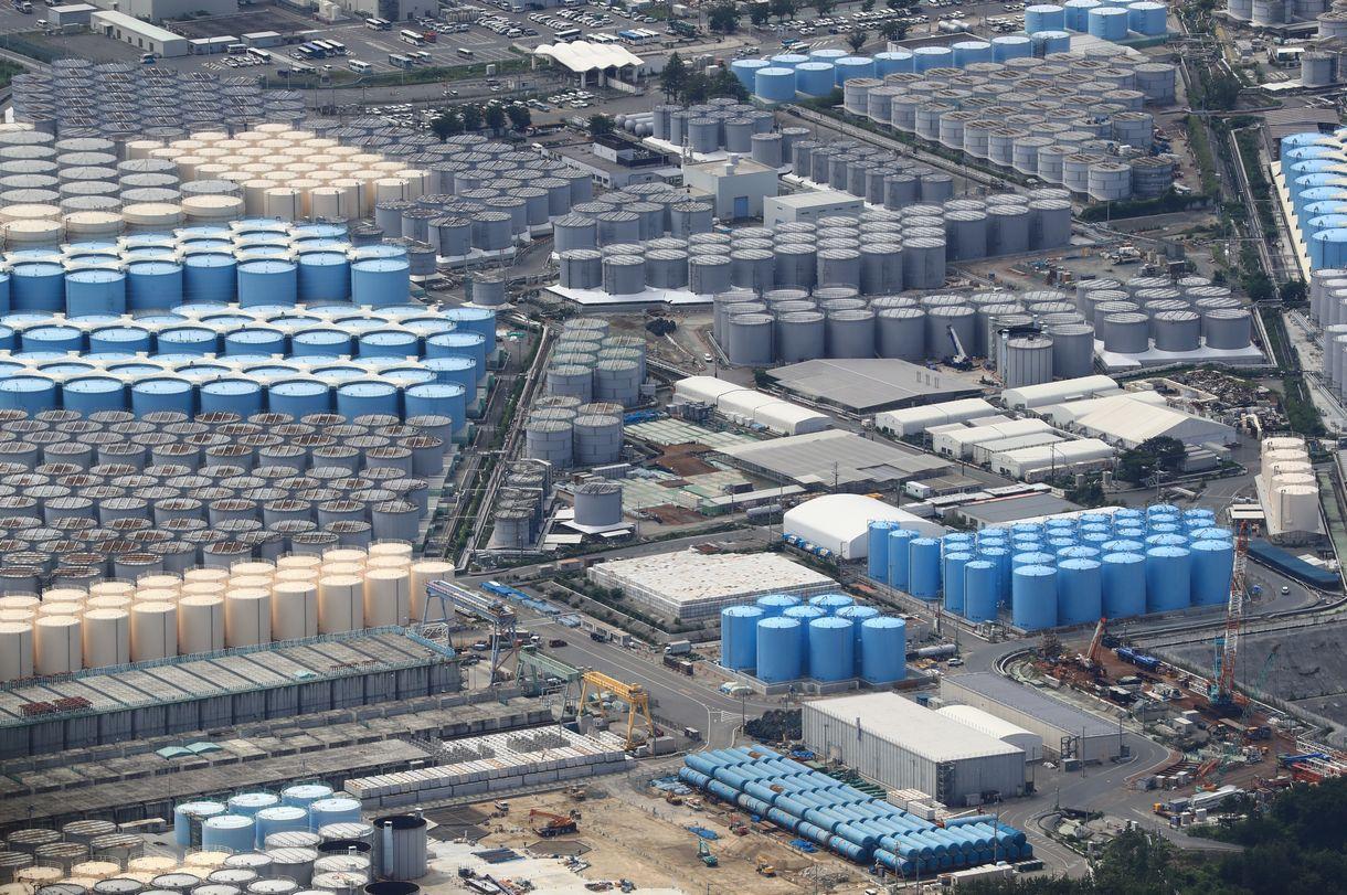 写真・図版 : 福島第一原発に並ぶ貯蔵タンク=2019年7月10日、福島県大熊町
