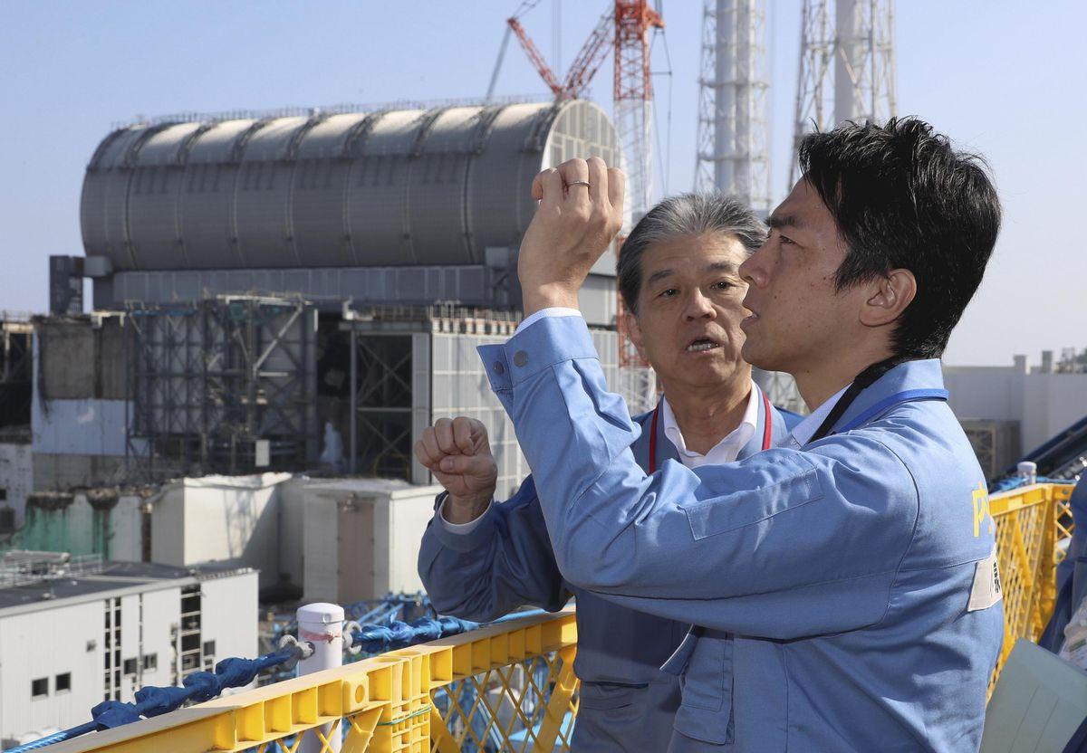 写真・図版 : 福島第一原子力発電所を視察する小泉進次郎環境相(手前)=2019年10月2日、福島県大熊町