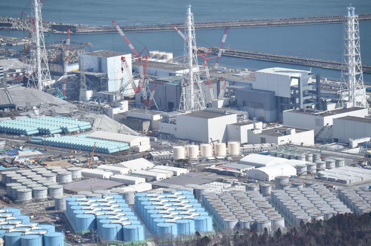写真・図版 : タンクが並ぶ東京電力福島第一原発=2017年2月
