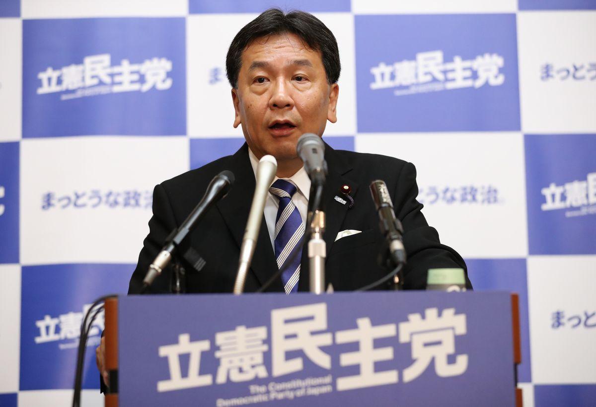 写真・図版 : 記者会見で質問に答える立憲民主党の枝野幸男代表=2019年8月5日、国会内