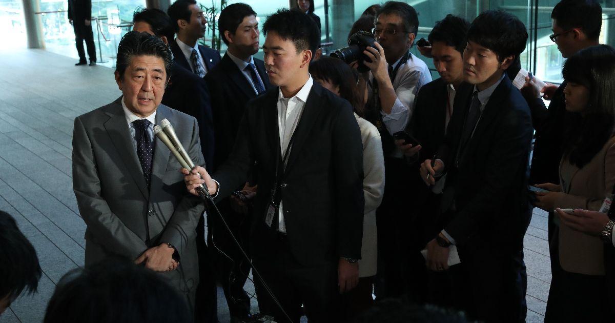 写真・図版 : 「桜を見る会」に関する記者の質問に答える安倍晋三首相=2019年11月18日、首相官邸