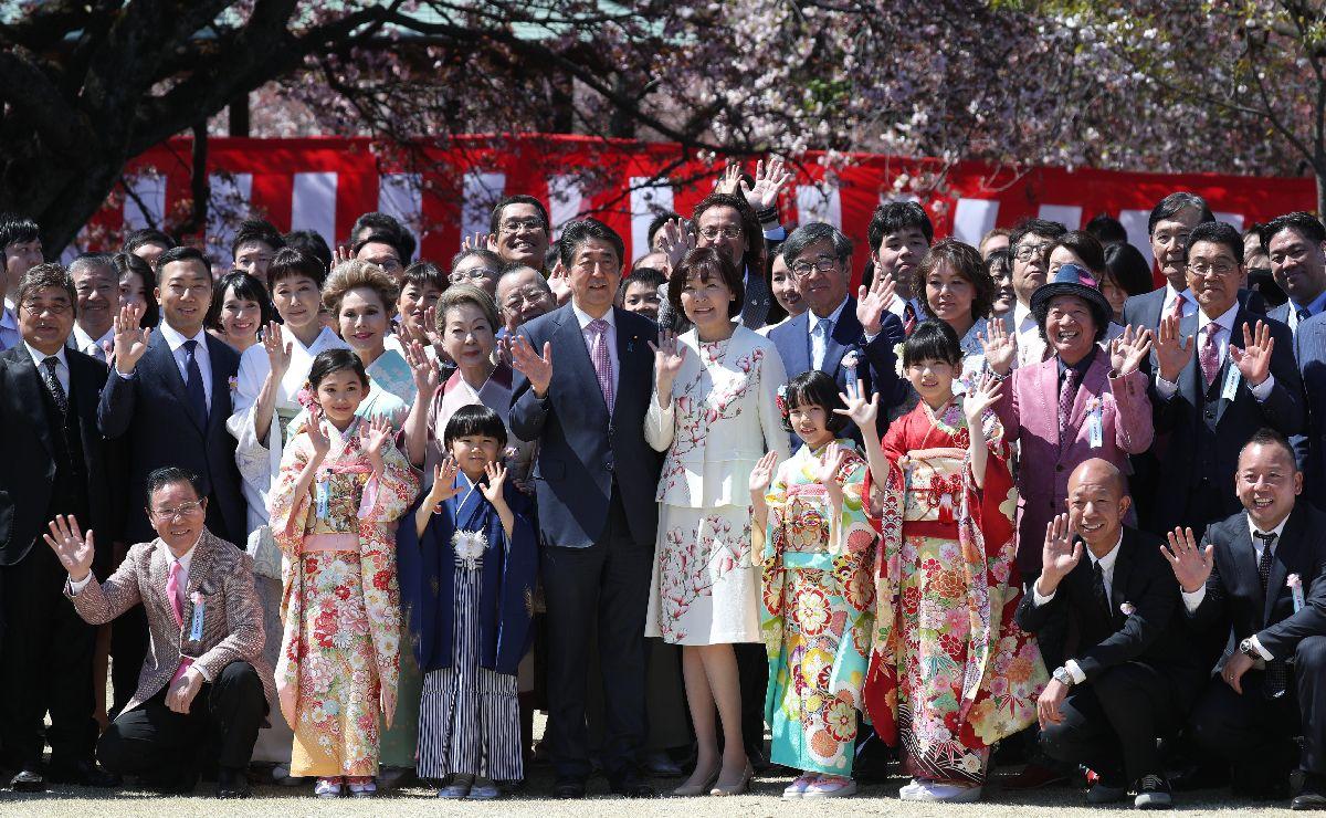 写真・図版 : 今年の「桜を見る会」。安倍晋三首相(中央左)、昭恵夫人(同右)と記念撮影をする参加者=2019年4月13日、東京都新宿区