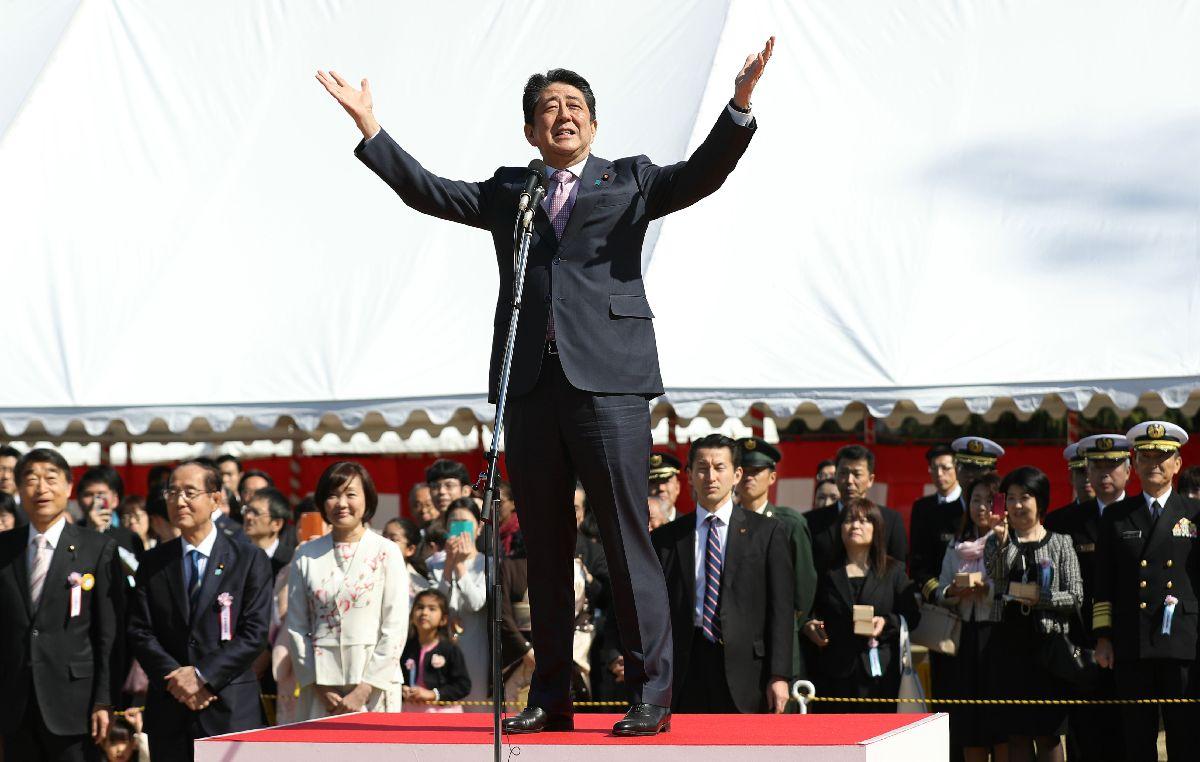 写真・図版 : 今年の「桜を見る会」であいさつする安倍晋三首相(中央)=2019年4月13日、東京都新宿区