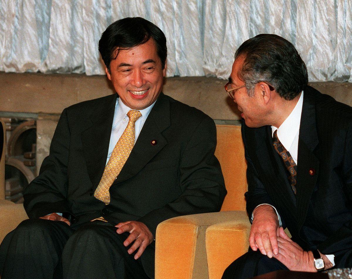 写真・図版 : 金融再生関連法案の修正問題でも、民主党の菅直人代表と小渕首相(右)の会談が決着の舞台になった=1998年9月18日、首相官邸で