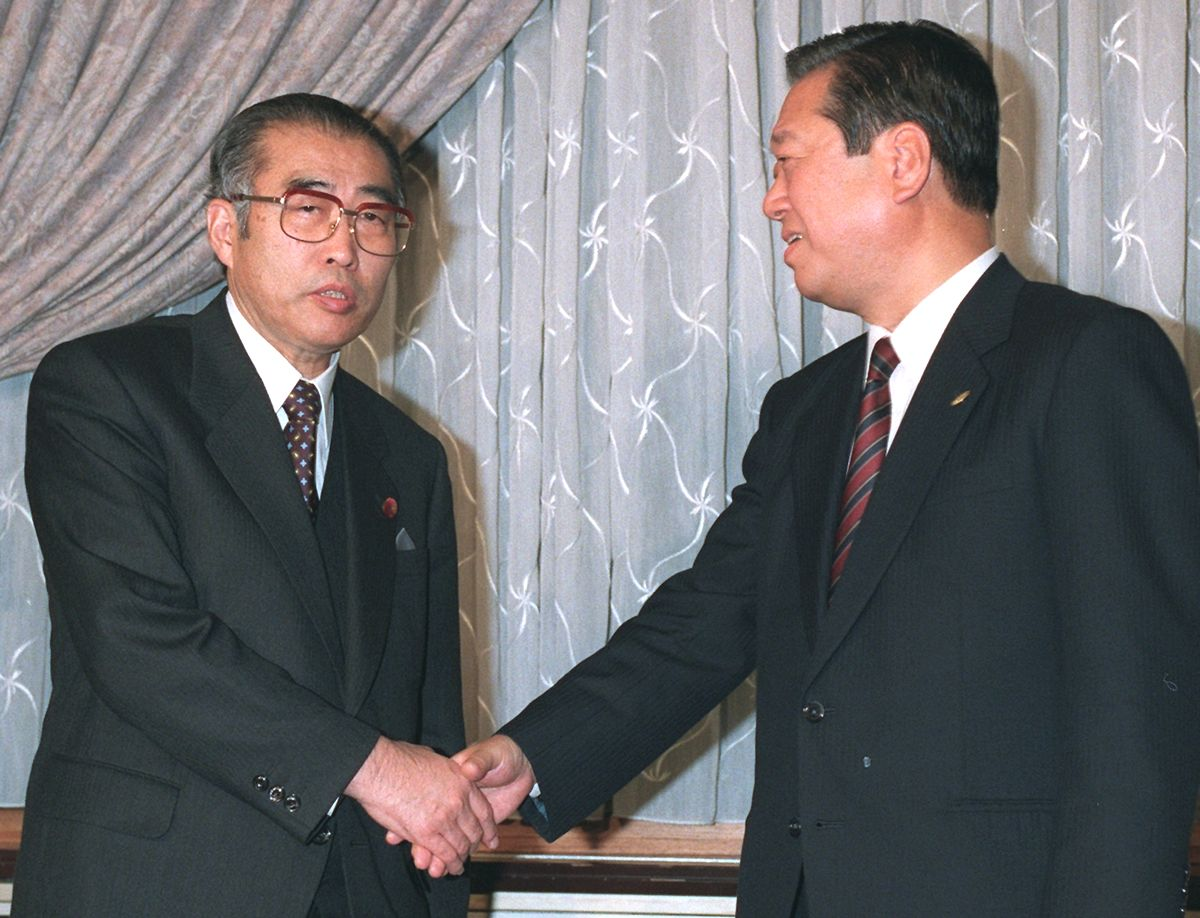 写真・図版 : 小渕恵三首相と小沢一郎自由党党首。閣僚18人での連立政権発足に合意した=1998年12月19日、首相官邸