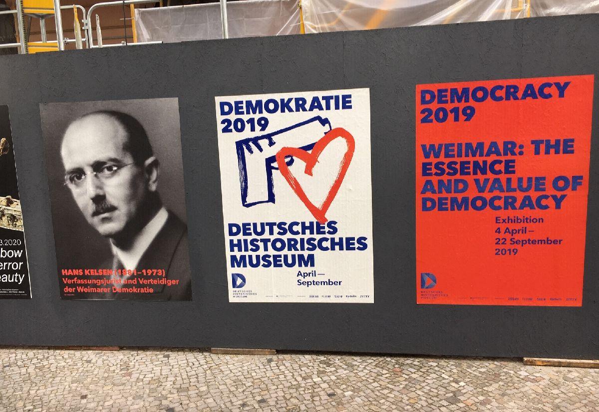 写真・図版 : ベルリンの壁崩壊から30年の2019年は、短命に終わったワイマール共和国の生誕100年でもあった。ベルリンの歴史博物館ではワイマールの特別展が開かれた。左側はワイマール・デモクラシーを擁護した法学者ハンス・ケルゼン