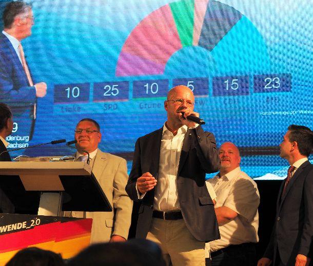 写真・図版 : 地方選の結果に注目するドイツ右派政党「ドイツのための選択肢」の集会=2019年9月1日、ドイツ東部ウェーダー。野島淳撮影