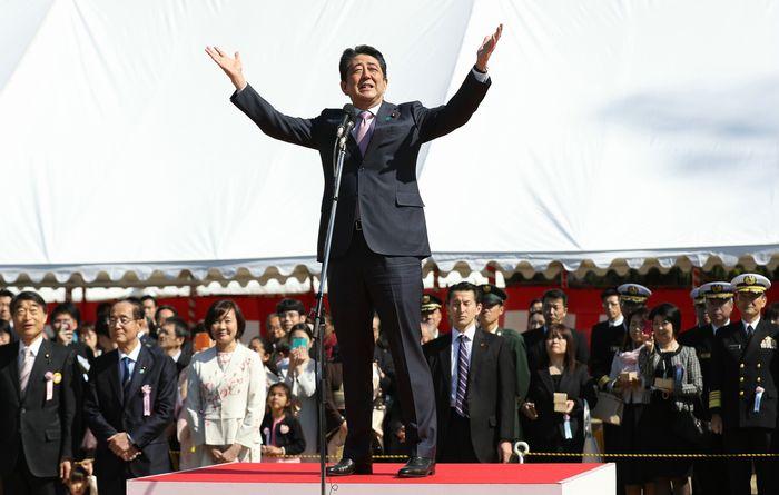 写真・図版 : 主催した「桜を見る会」であいさつする安倍晋三首相(中央)=2019年4月13日、東京都新宿区、代表撮影