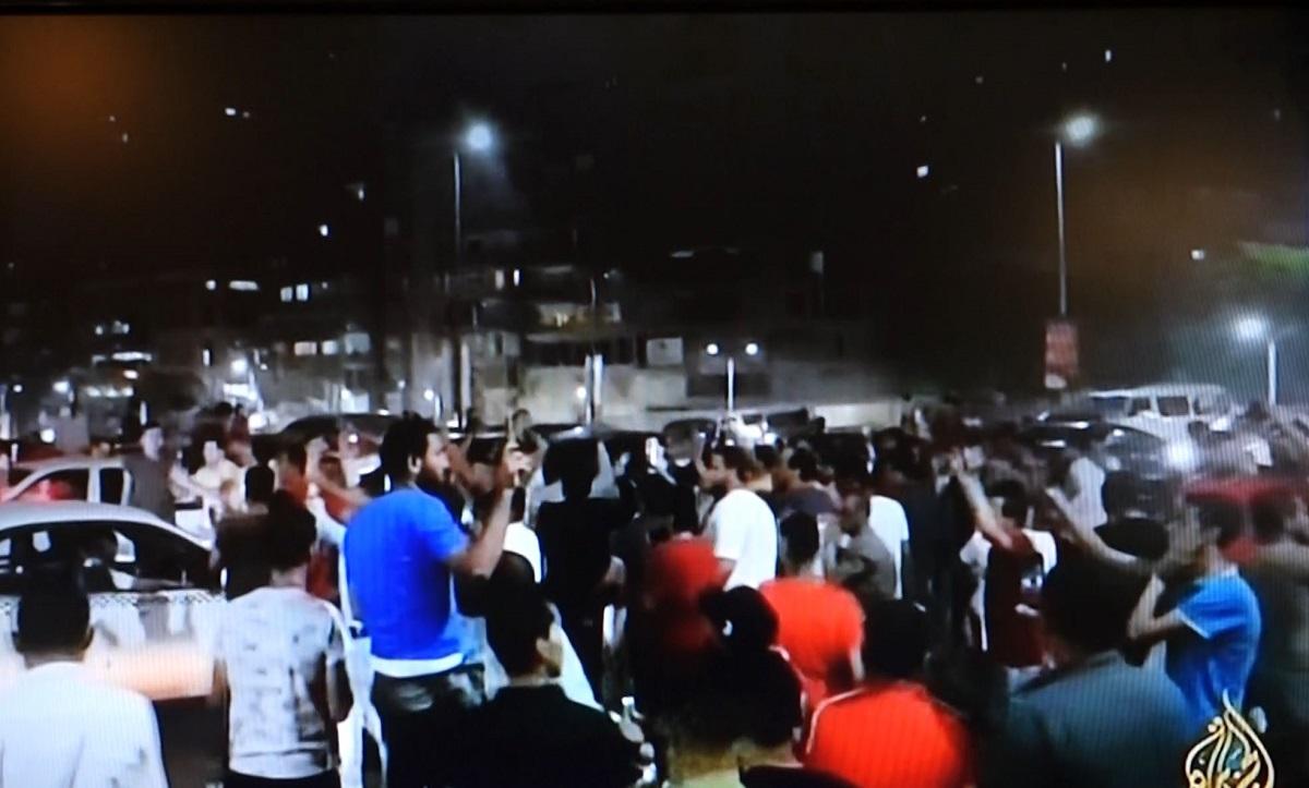 9月20日夜、アルジャジーラテレビで流れたカイロ中心部のタハリール広場に集まった若者たち