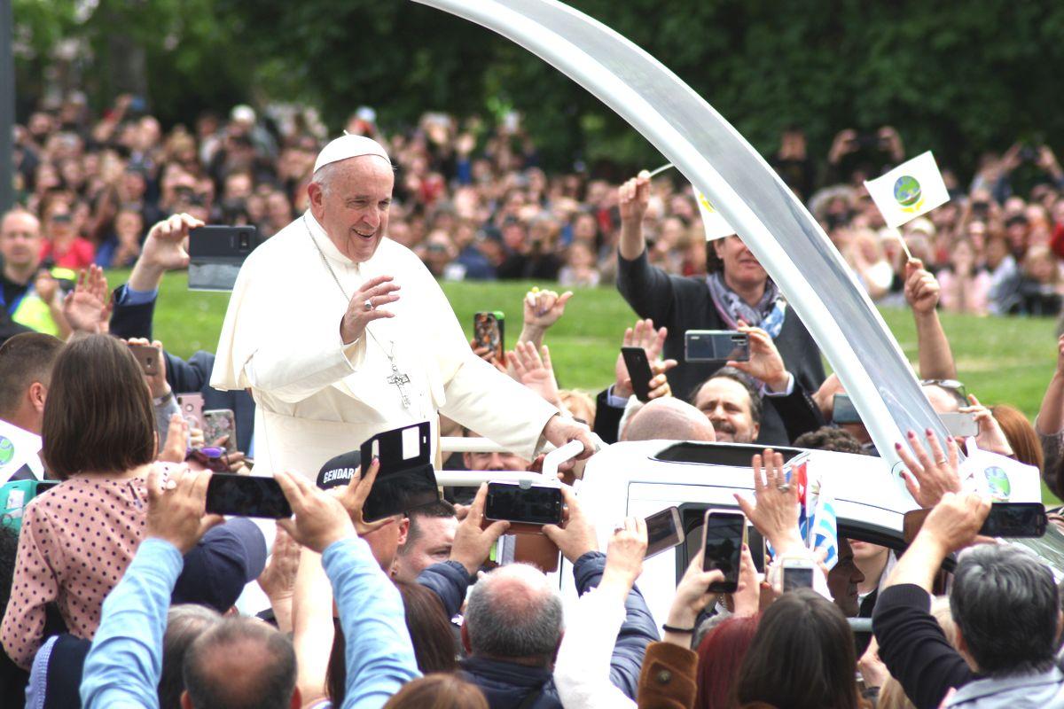 写真・図版 : ミサに集まった参加者に手を振って応える教皇フランシスコ=2019年5月、ブルガリア