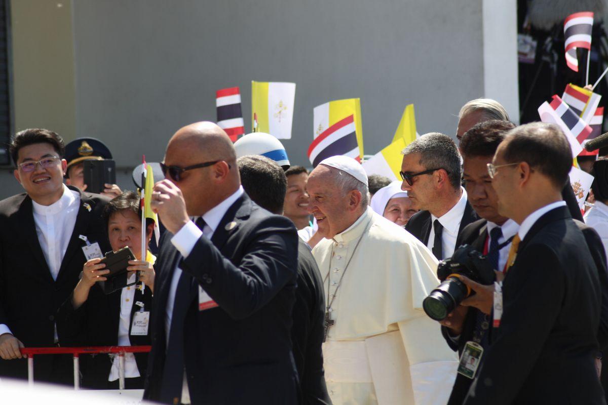 写真・図版 : バンコクの空港に到着した教皇フランシスコ(中央)=2019年11月20日