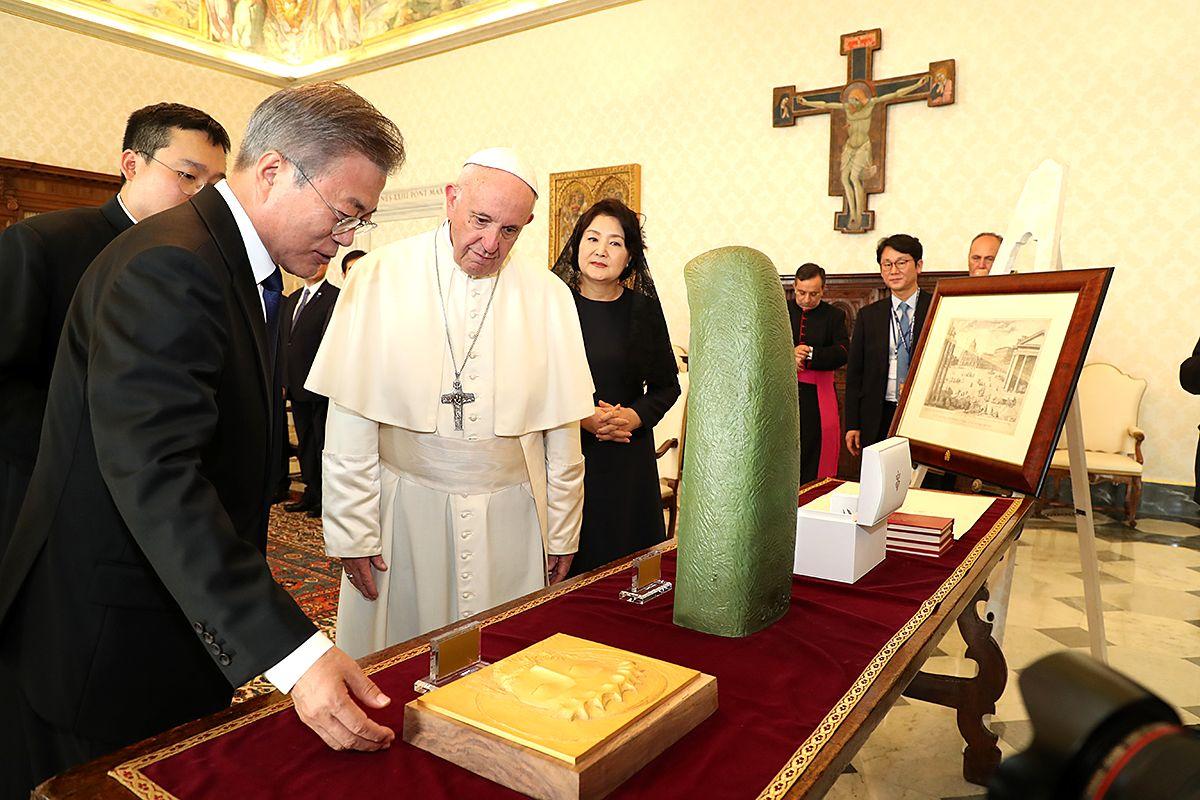 写真・図版 : 欧州歴訪で、ローマ・カトリック教会のフランシスコ教皇と会談した韓国の文在寅大統領=2018年10月18日、バチカン、韓国大統領府提供