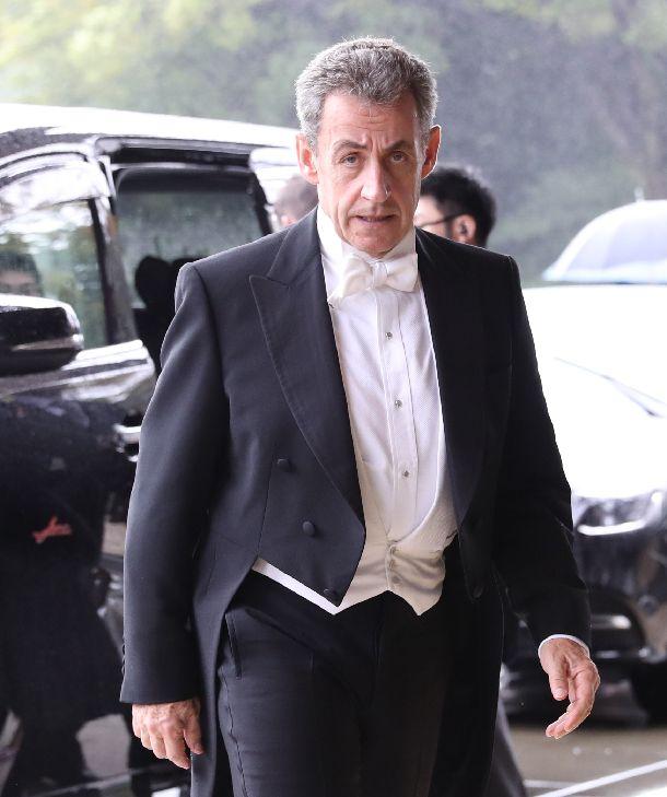 写真・図版 : 「即位礼正殿の儀」に参列するフランスのサルコジ元大統領=2019年10月22日、皇居・宮殿