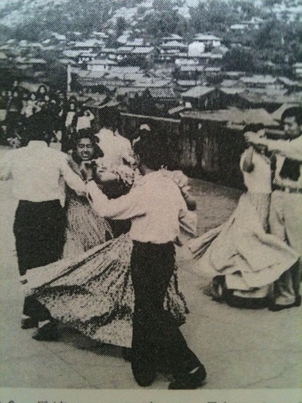 写真・図版 : 長崎フォークダンスの最初のメンバー=『幕末・明治・大正・昭和 長崎居留地の西洋人』(長崎文献社)より