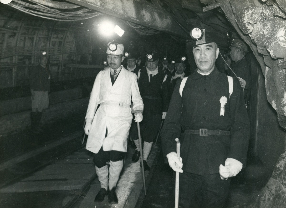 写真・図版 : 巡幸で三池炭鉱を訪れ、採掘現場に向かう昭和天皇=1949年5月29日
