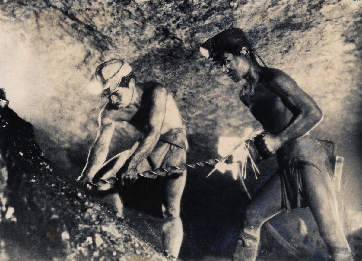 写真・図版 : 三井三池炭坑の有明海海底2000有余メートルでドリルを握る炭坑夫たち=1946年12月1日