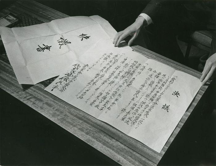 写真・図版 : 雑誌『中央公論』に作家深沢七郎の『風流夢譚』が掲載されたことに抗議し、雑誌の廃刊と会社の解散を求めた「赤色革命から国民を守る国民大会」の1961年1月31日付けの決議書。2月1日に嶋中鵬二社長宅が右翼少年に襲われ、お手伝いさんら二人が殺傷された=1961年2月撮影