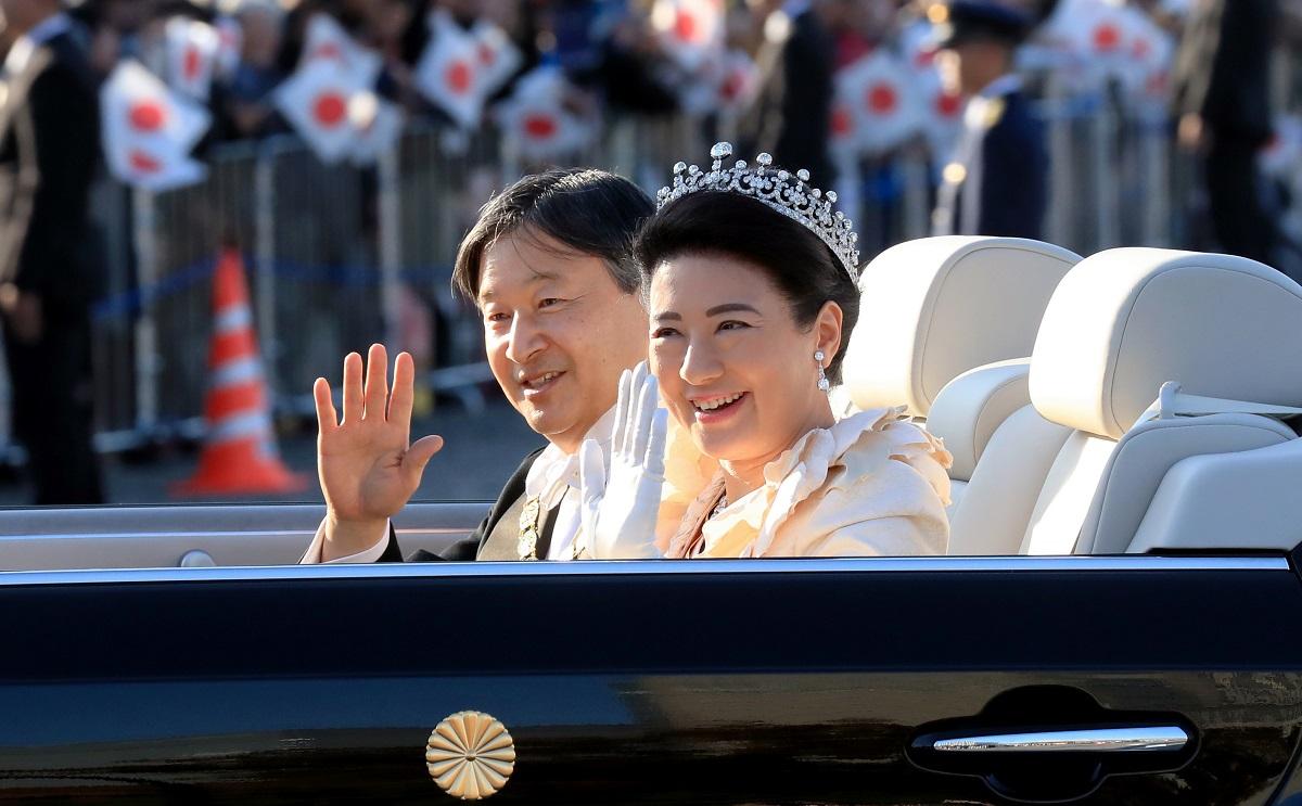 写真・図版 : 「祝賀御列の儀」でオープンカーから手を振る天皇、皇后両陛下