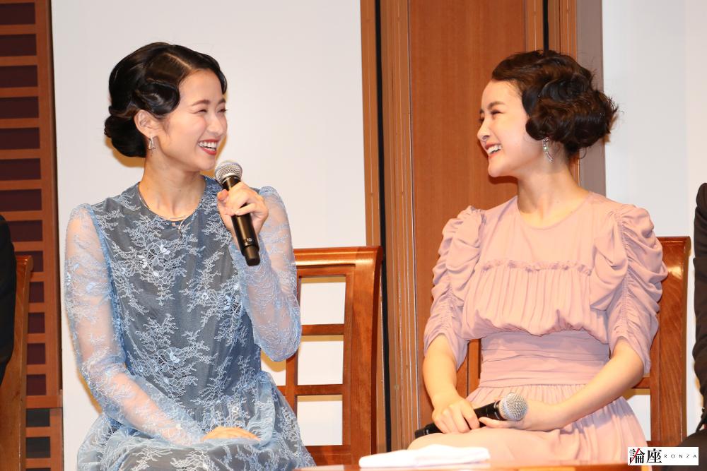 写真・図版 : ミュージカル『アナスタシア』制作発表会見から、葵わかな(右)と木下晴香=宮川舞子 撮影