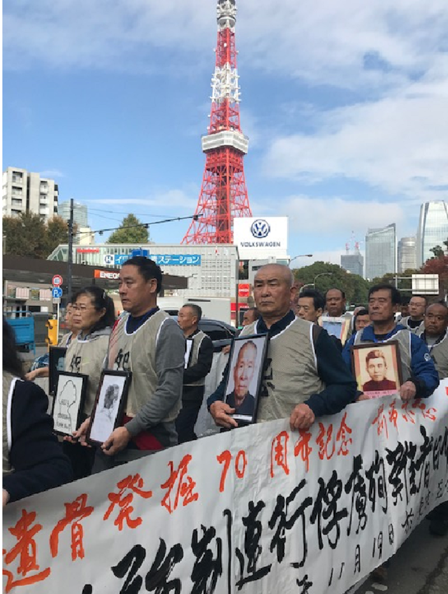 写真・図版 : 東京タワーの近くを歩く中国人強制連行の被害者遺族と僧侶ら=2019年11月19日、筆者撮影