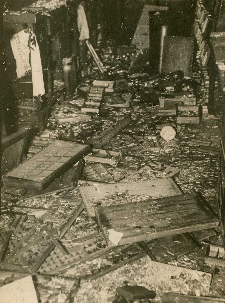 写真・図版 : 襲撃でひっくり返された活字ケースと軍靴で踏みにじられて散乱する活字=1936年2月26日、東京朝日新聞社