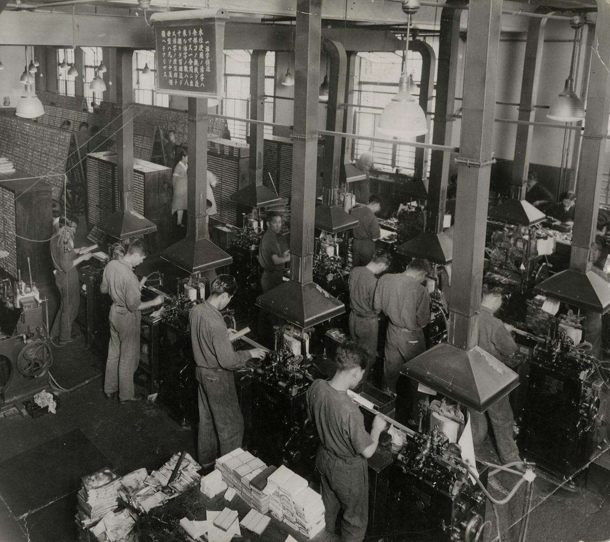 写真・図版 : 活字鋳造機の列。1934年、大阪朝日新聞社で