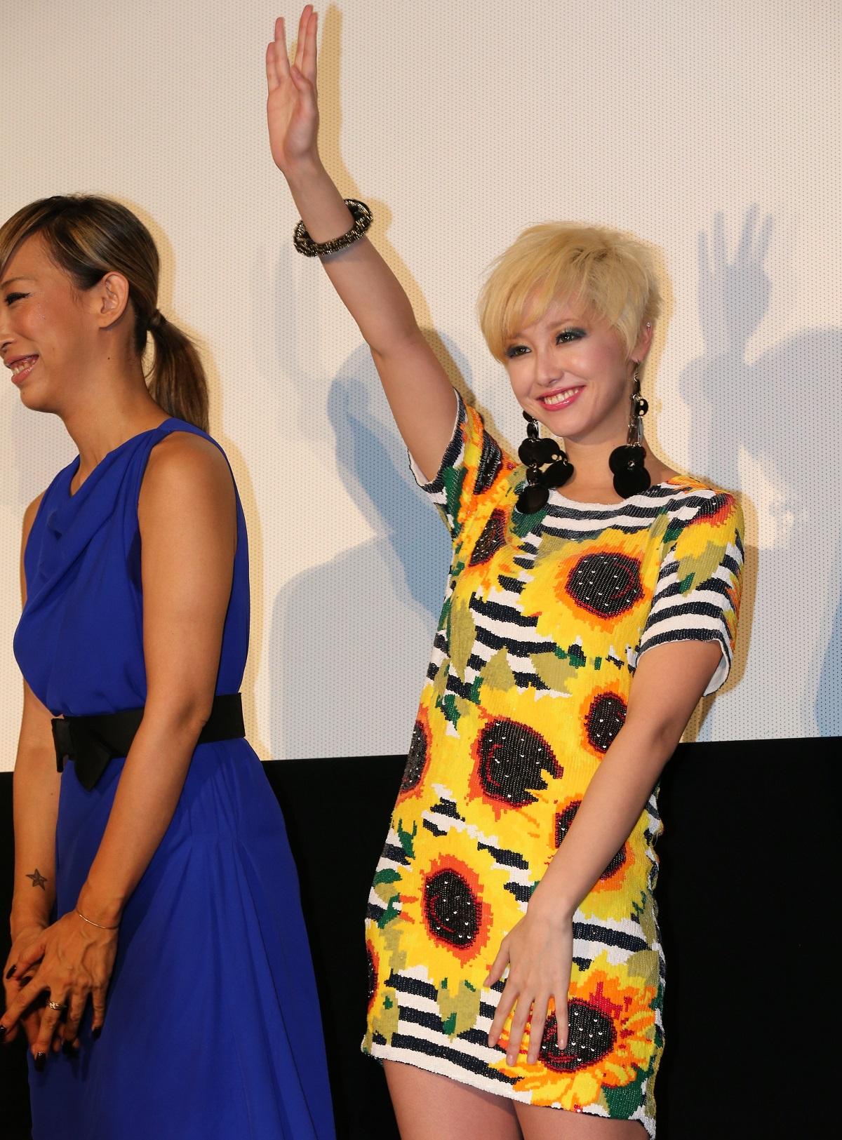 「ヘルタースケルター」の舞台あいさつを終え、手を振る沢尻エリカさん。左は蜷川実花監督2012年